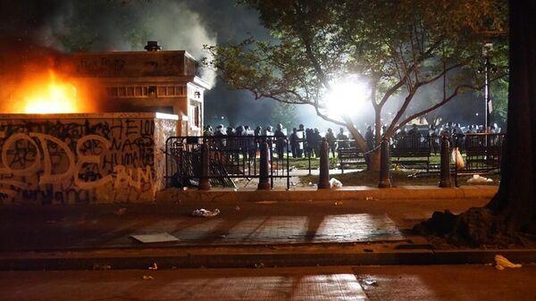 Полицейские недалеко от места собрания протестующих в Вашингтоне