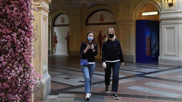 Посетители в защитных масках в ГУМе