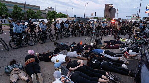 Сотрудники полиции и участники протеста в Миннеаполисе