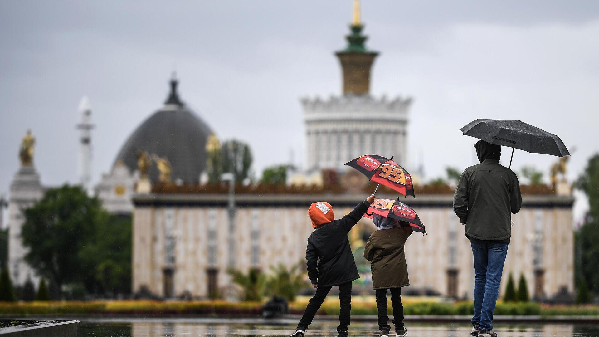 Прохожие гуляют на территории ВДНХ в Москве - РИА Новости, 1920, 13.05.2021