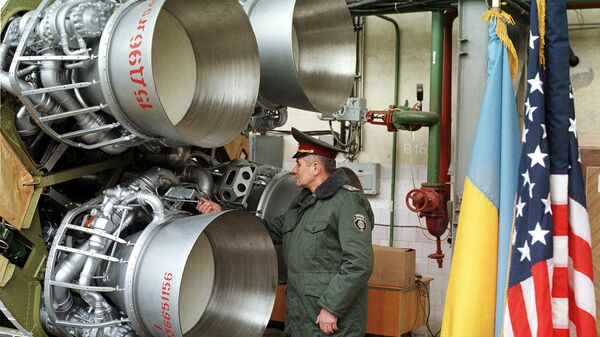 Украинский военный осматривает ракету SS-19 перед ее демонтажем в рамках договора об уменьшении ядерного вооружения. Днепропетровск, Украина. 1999 год