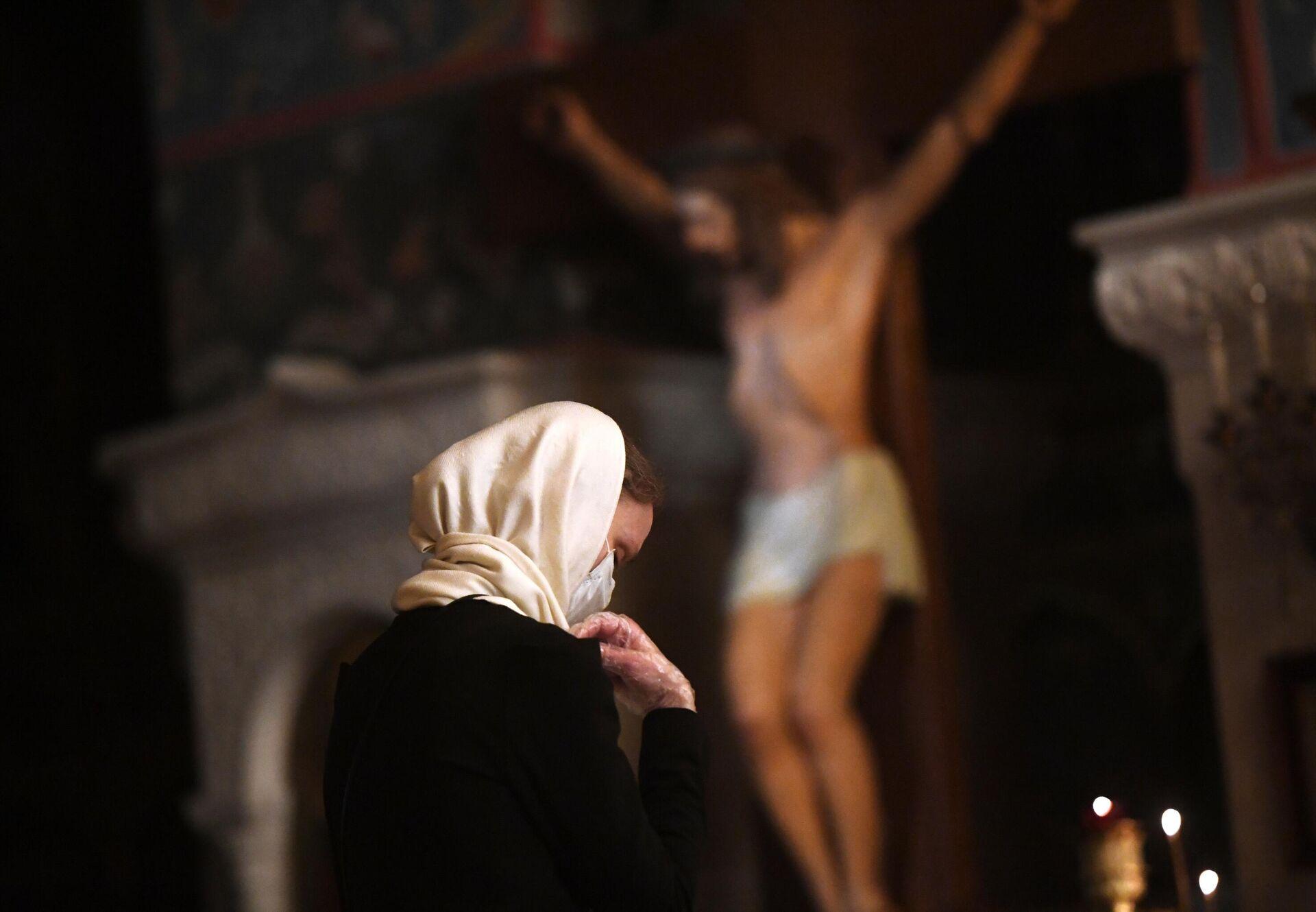 Верующая в храме Христа Спасителя в Москве, открывшемся после карантина - РИА Новости, 1920, 11.02.2021