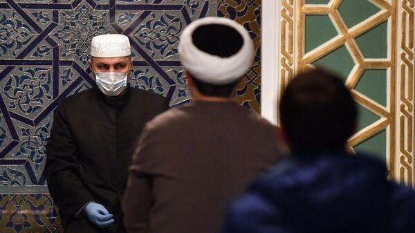 Верующие во время молитвы в Московской соборной мечети