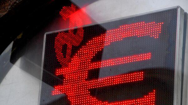 Электронное табло с символикой евро и доллара
