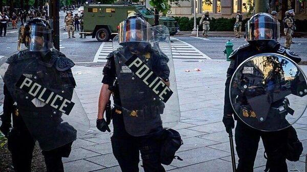 Сотрудники полиции на одной из улиц в Вашингтоне во время акции протеста