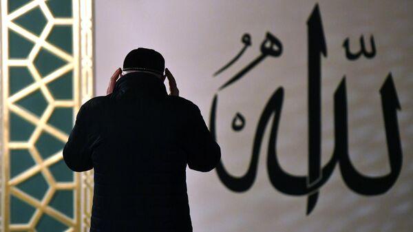 Верующий во время молитвы в Московской соборной мечети