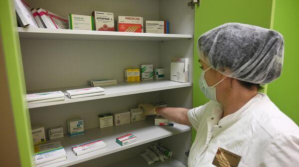 Медицинская сестра раскладывает лекарства в отделении медицинского центра Министерства обороны РФ для пациентов с COVID-19