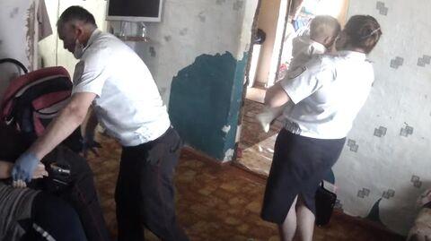 Изъятие детей у Алены и Николая в поселке Тюльпанном Оренбургской области. Стоп-кадр видео