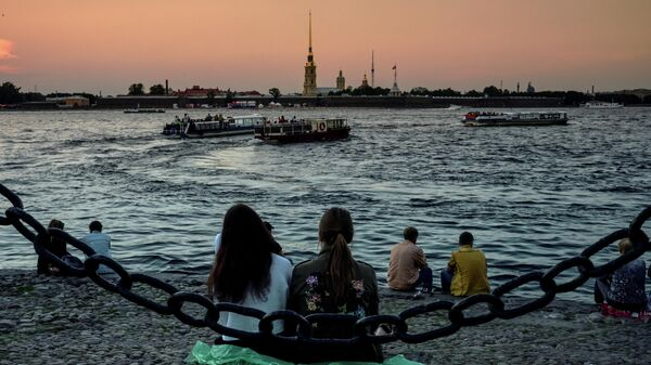 Туристы нв берегу реки Невы в историческом центре Санкт-Петербурга