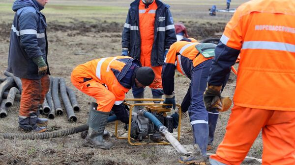 Сотрудники Морской спасательной службы проводят работы по ликвидации нефтяного пятна в устье реки Амбарная