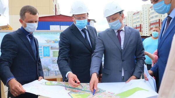 Губернатор Омской области Александр Бурков проверил ход строительства школы в спальном микрорайоне Омска