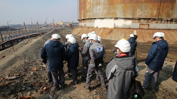 Сотрудники компании Норникель на территории на ТЭЦ-3 в Норильске