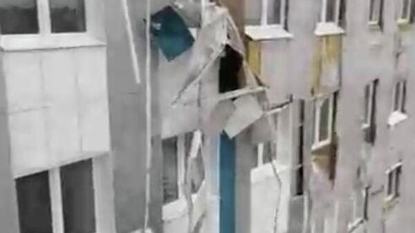 Скриншот видео очевидца  из КБР, где сильный ветер повредил фасад госпиталя