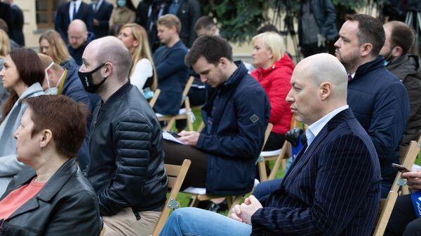 Украинский журналист Дмитрий Гордон (справа на первом плане)