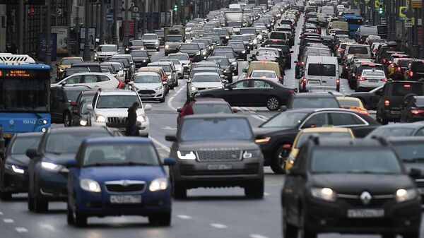 Движение автомобилей на Тверской улице в Москве