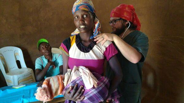 Жители горного племени Покот на приеме у врача