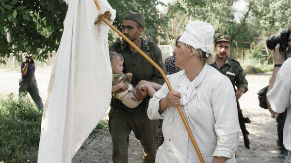 Врач больницы в Буденновске, захваченной террористами, несет белый флаг во время освобождения детей-заложников