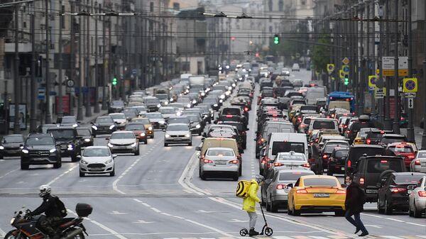 Люди на одном из пешеходных переходов на Тверской улице в Москве
