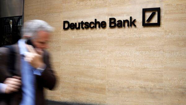 Прохожий у офиса Deutsche Bank