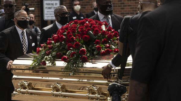 Прощание с погибшим при задержании афроамериканцем Дж. Флойдом в США