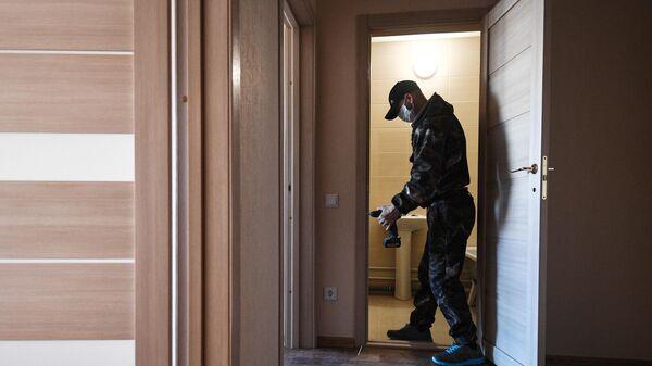 Рабочий во время чистовой отделки квартиры