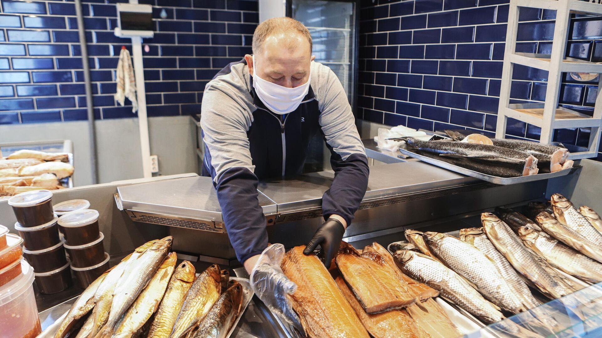 Продавец рыбы на Верхнем рынке в Пятигорске - РИА Новости, 1920, 10.09.2020
