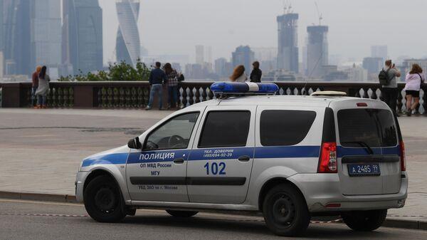 Автомобиль полиции на смотровой площадке Воробьевых гор в Москве
