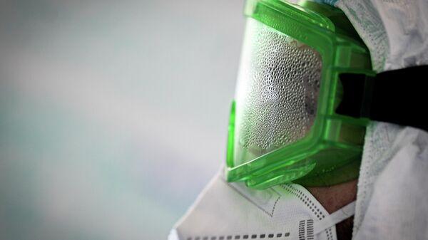 Врач в запотевших защитных очках во время работы в госпитале COVID-19 в ЦИТО им. Н. Н. Приорова