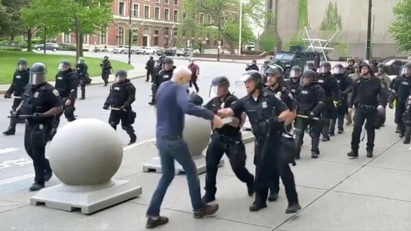 Офицеры полиции Баффало толкнули мужчину во время акции протеста
