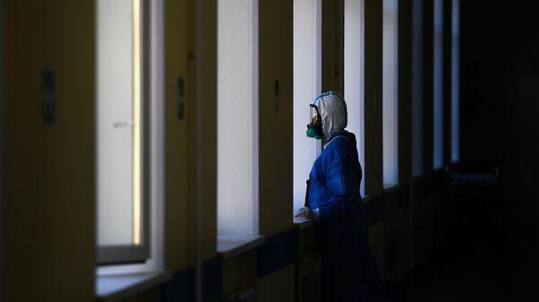 Врач у окна в госпитале COVID-19