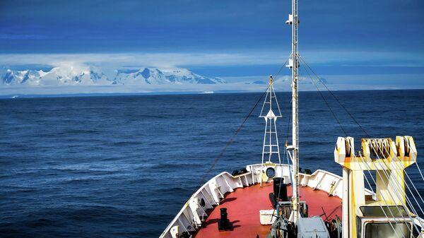 Вид с борта исследовательского судна Балтийского флота Адмирал Владимирский на остров Аделейд во время плавания к антарктической станции Беллинсгаузен