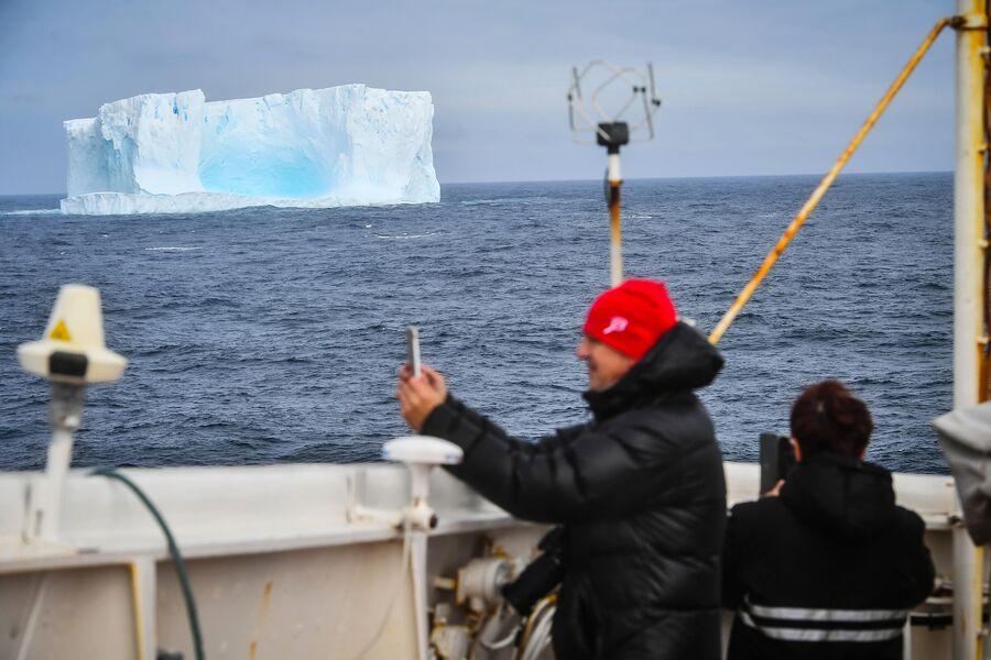 Айсберг в районе острова Аделейд в Антарктиде