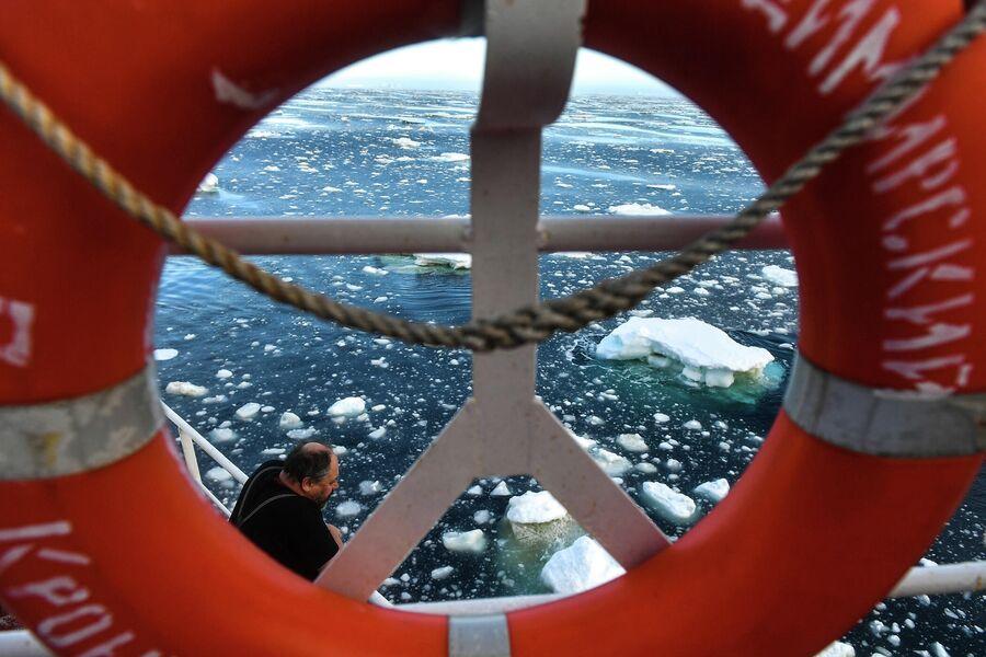 Метеоролог Алексей Спиридонов наблюдает за льдом в Тихоокеанском секторе Антарктики в районе моря Росса