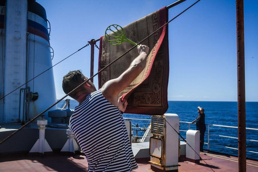 Член экипажа исследовательского судна Балтийского флота Адмирал Владимирский проводит уборку