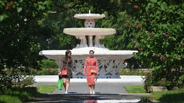 Девушки гуляют в Центральном парке культуры и отдыха имени Горького в Москве