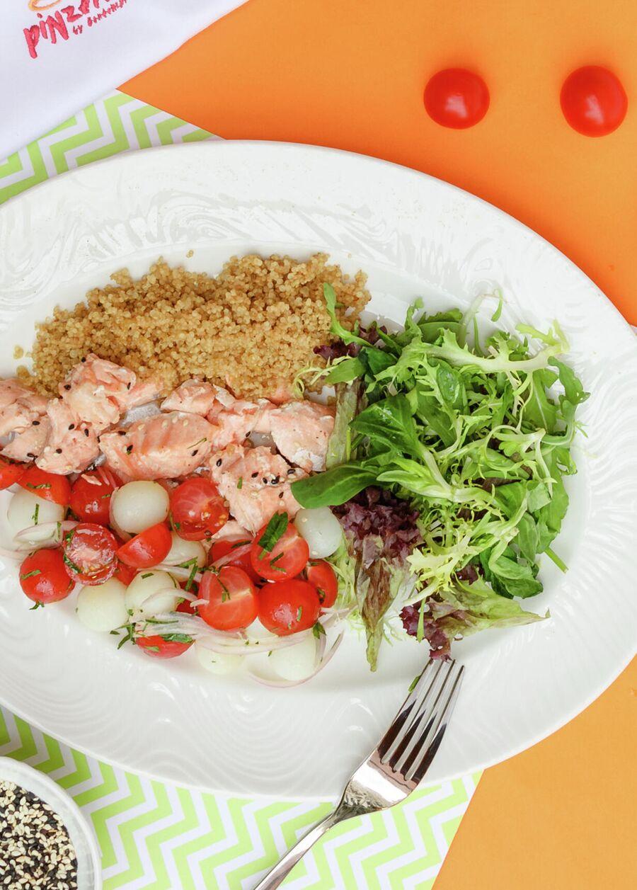 Салат с лососем и киноа