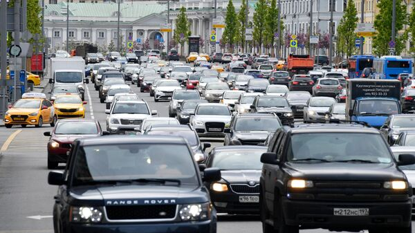 Машины на дороге в Москве