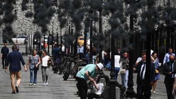 Прохожие на одной из улиц в центре Москвы