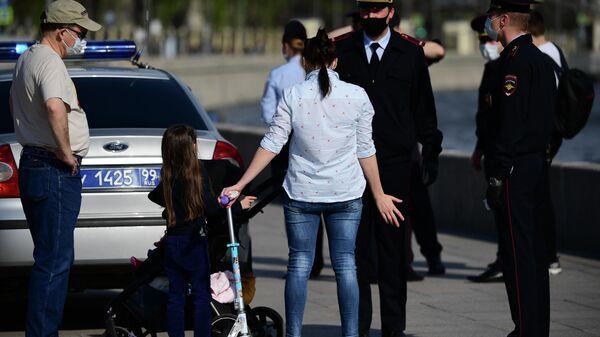 Сотрудники полиции проверяют документы у жителей, гуляющих на Москворецкой набережной в Москве