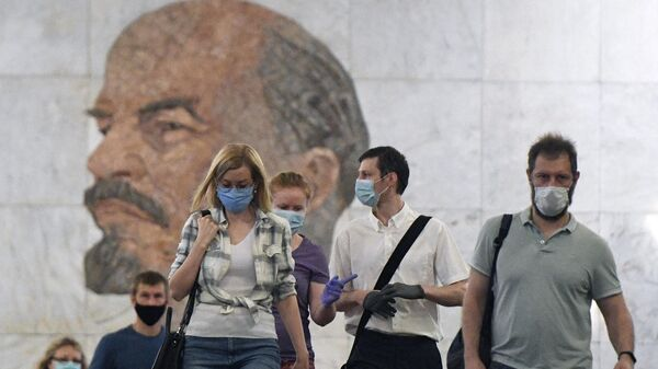 Пассажиры на станции метро Библиотека имени Ленина в Москве