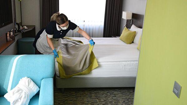 Горничная застилает кровать в номере отеля Арт Москва Войковская в Москве