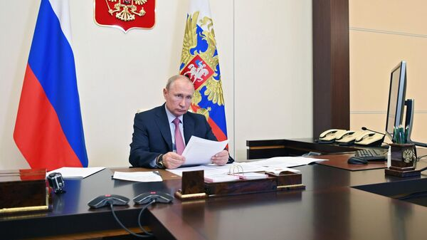 Президент РФ Владимир Путин во время встречи в режиме видеоконференции с губернатором Ростовской области Василием Голубевым