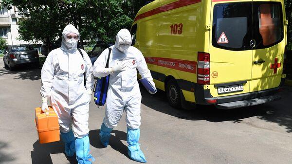 Фельдшеры скорой медицинской помощи подстанции № 34 в Москве во время выезда к пациенту