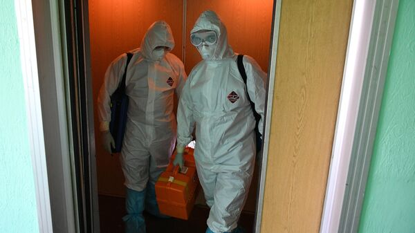 Фельдшеры скорой медицинской помощи подстанции № 34 в Москве в лифте жилого многоквартирного дома