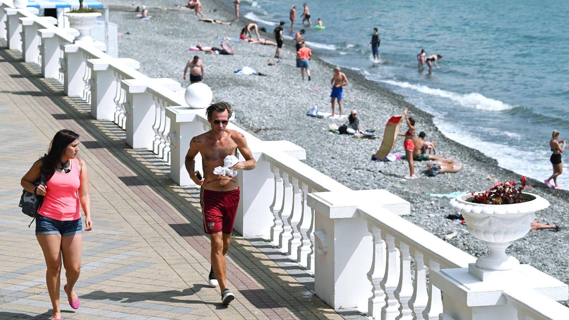 Отдыхающие на пляже в Центральном районе города Сочи - РИА Новости, 1920, 28.05.2021
