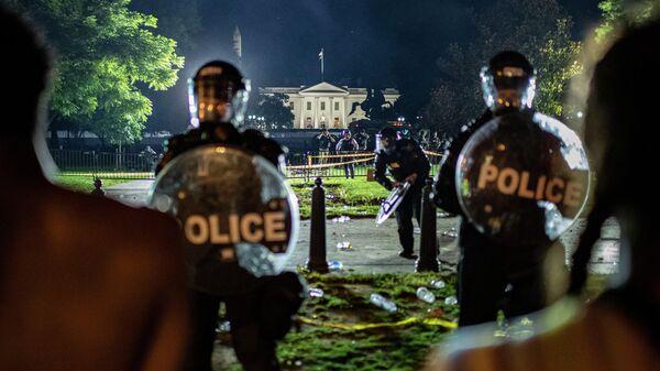 Сотрудники полиции у Белого дома в Вашингтоне, США