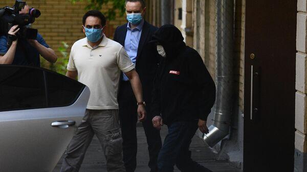 Актёр Михаил Ефремов (справа), вызванный на допрос по делу о ДТП в столичный УВД, выходит из подъезда своего дома в Москве