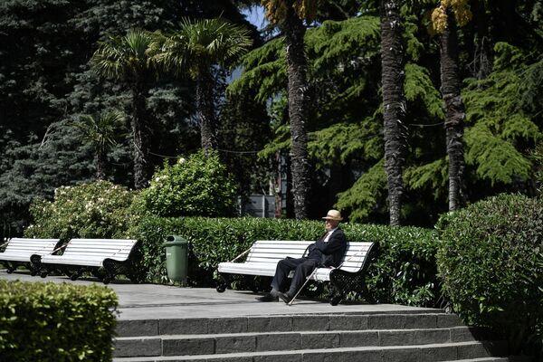 Пожилой мужчина в парке в Ялте