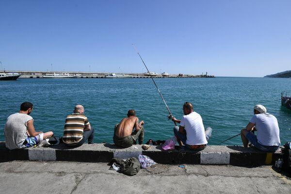 Рыбаки на набережной в Ялте
