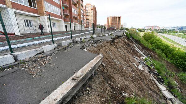 Вид на оползень около многоэтажного жилого дома в Красноярске